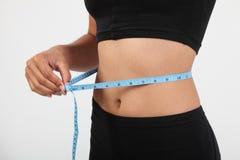 检查的女孩健康评定范围磁带腰部 免版税库存图片