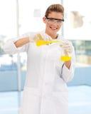 检查的女性科学家试管年轻人 免版税库存图片