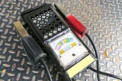 检查的电池功率力量自动汽车多用电表 库存图片