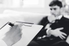 检查的男性耐心的精神病医生 免版税图库摄影