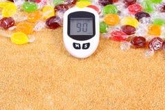 检查的糖水平、糖果和被颗粒化的棕色蔗糖,糖尿病的概念葡萄糖米 库存图片