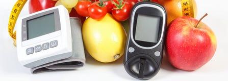 检查的糖水平、血压显示器、果子与菜和厘米,健康生活方式Glucometer 图库摄影