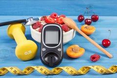 检查的糖水平,燕麦粥Glucometer用果子、卷尺和哑铃、糖尿病和健康生活方式 免版税库存图片