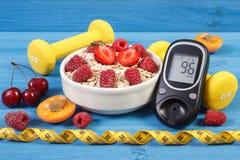 检查的糖水平,燕麦Glucometer剥落用果子、哑铃和糖尿病的厘米、概念和健康生活方式 免版税图库摄影