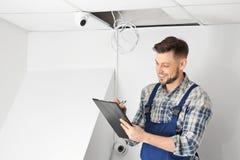 检查监视器的电工 免版税库存图片