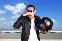 检查盔甲气味的亚裔摩托车骑自行车的人竟赛者 库存图片