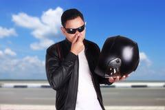 检查盔甲气味的亚裔摩托车骑自行车的人竟赛者 免版税库存图片