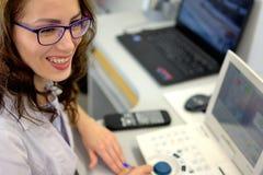 检查眼睛视敏度的年轻俏丽的妇女眼科医生验光师眼镜师 库存照片