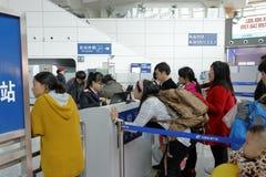 给检查票雇用职员在新的火车站入口  库存照片