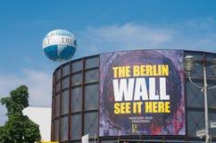 检查站的查理柏林围墙全景 库存图片