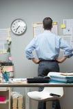 检查笔记的办公室工作者 免版税库存图片