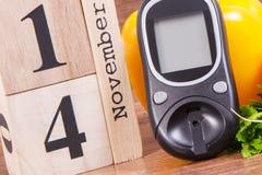 检查糖水平和果子与菜,世界糖尿病天和与的疾病概念战斗日期11月14日, glucometer 免版税库存照片