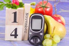 检查糖水平和果子与菜,世界糖尿病天和与的疾病概念战斗日期11月14日, glucometer 免版税图库摄影