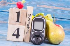 检查糖水平和果子与菜,世界糖尿病天和与的疾病概念战斗日期11月14日, glucometer 库存照片