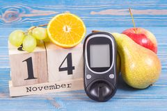检查糖水平和果子,世界糖尿病天和与的疾病概念战斗日期11月14日, glucometer 库存图片