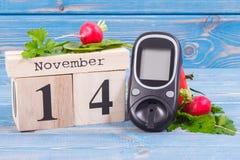 检查糖水平和菜,世界糖尿病天和与的疾病概念战斗日期11月14日, glucometer 免版税库存图片