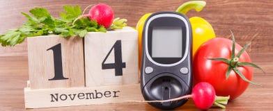 检查糖水平和菜,世界糖尿病天和与的疾病概念战斗日期11月14日, glucometer 免版税图库摄影