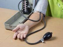 检查耐心的压的血液 免版税图库摄影