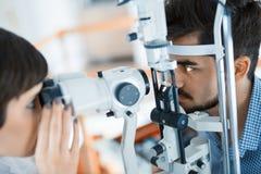 检查耐心眼力和视觉更正的验光师 库存图片