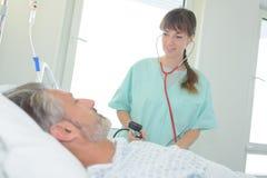 检查耐心血压的护士 库存照片