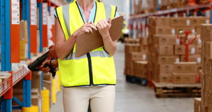 检查股票的男性和女性仓库工作者 影视素材