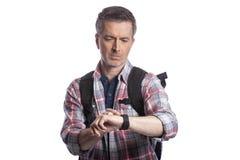 检查脉冲的中年人与Smartwatch健康应用程序 图库摄影