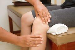 检查膝盖关节的医生 库存图片