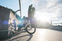 检查自行车的年轻男孩 免版税库存图片