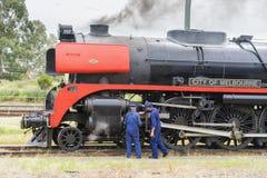 检查蒸汽机车的引擎工程师 库存图片