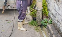 检查街道的下水道的城市官员 免版税库存图片