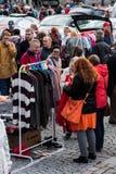 检查衣裳的人们在最大的跳蚤市场上在坦佩雷,芬兰 库存图片
