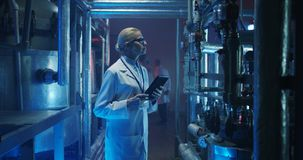 检查设备的女性科学家 免版税图库摄影