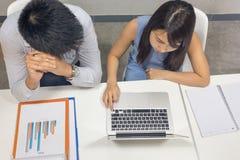 检查财政报告的办工室职员顶视图 库存照片