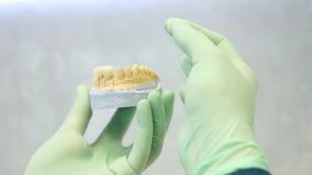 检查质量和牙齿表面饰板的颜色牙医 股票录像