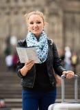 检查路线的女性旅行家 免版税库存照片