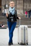 检查路线的女性旅行家 免版税图库摄影