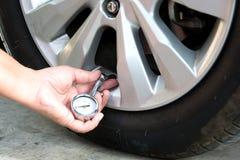 检查轮胎气压 免版税库存图片
