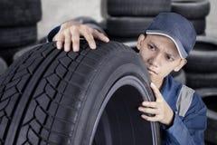 检查轮胎的专业技工 免版税图库摄影