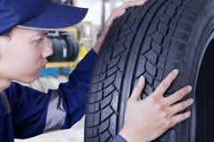 检查轮胎的专家的技工 免版税库存图片
