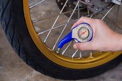 检查轮胎空气 库存图片