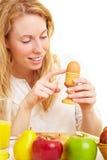 检查鸡蛋 免版税库存照片