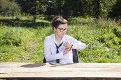 检查什么时候的女实业家 免版税库存照片