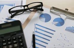 检查财政报告文书工作和企业配合在P 免版税库存照片