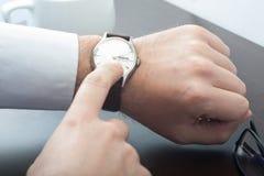 检查他的商人手表 免版税库存照片