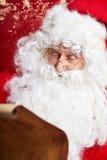检查他的特别名单传统圣诞老人开会 库存照片