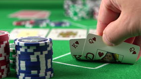 检查他的看板卡的打牌者 赌博,风险、运气、胜利、乐趣和娱乐的概念 Prores 4K 影视素材