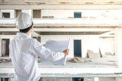 检查建筑图画的工程师或建筑师 库存图片