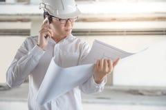 检查建筑图画的工程师或建筑师 图库摄影