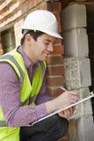 检查绝缘材料的建筑师在工程项目期间 库存照片