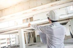 检查建造场所的工程师或建筑师 免版税库存图片